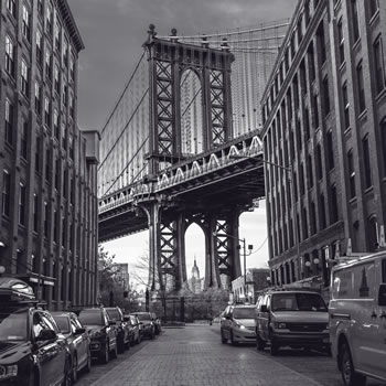 b/w Manhattan Bridge from cobbled street